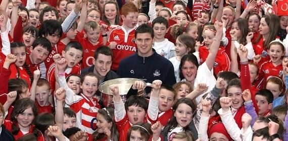 Tagann an Sam Maguire go Gaelscoil na Dúglaise!!